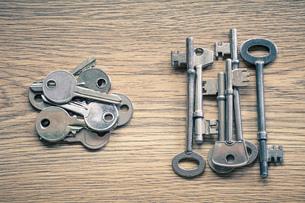 Keys on wooden surfaceの写真素材 [FYI03554962]