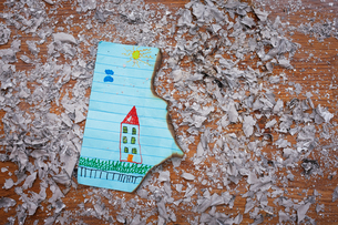 Child's drawing of a house that has been damaged by fireの写真素材 [FYI03555042]