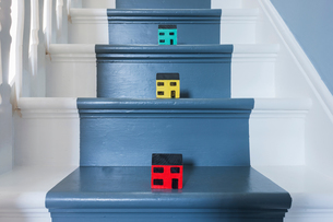 Scale model houses on a traditional domestic staircaseの写真素材 [FYI03555044]