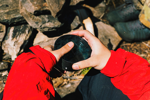 Hands of male hiker holding cup of tea, Russiaの写真素材 [FYI03555094]