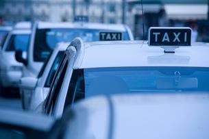 Taxis in queue, Piedmont, Turin, Italyの写真素材 [FYI03555222]