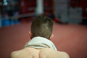 Boxer sitting in corner of boxing ring, rear viewの写真素材 [FYI03555256]