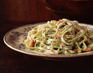Spaghetti with creamy sauce and salmon on vintage plateの写真素材 [FYI03555737]