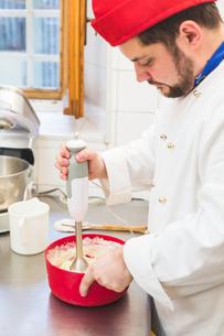 Baker using hand mixerの写真素材 [FYI03555864]
