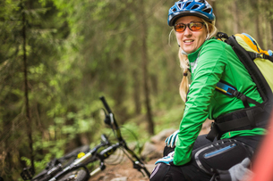 Woman mountain biker looking at camera smiling, Meran, South Tyrol, Italyの写真素材 [FYI03555945]