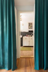 Corridor to bathroom in houseの写真素材 [FYI03555986]