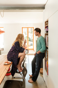 Couple in dining room talkingの写真素材 [FYI03555992]