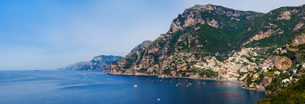 Cliff side buildings and boats in the sea, Positano, Amalfi Coast, Italyの写真素材 [FYI03556076]