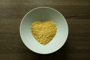 Pasta in shape of heart in bowlの写真素材 [FYI03556129]