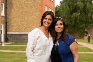 Portrait of two female adult friends in gardenの写真素材 [FYI03556337]