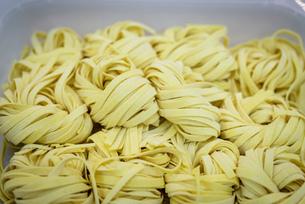 Detail of tagliatelle pasta in pasta factoryの写真素材 [FYI03556755]