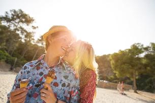 Couple holding ice cream cones hugging, Majorca, Spainの写真素材 [FYI03556852]
