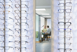 Patient consultation at small business opticiansの写真素材 [FYI03556880]