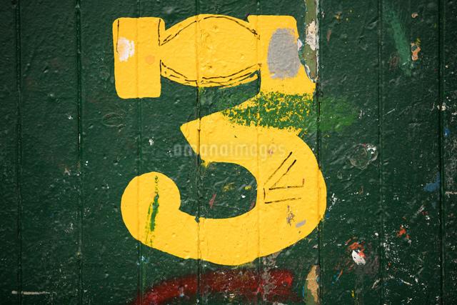 Detail of number 3 green door in ship painters yardの写真素材 [FYI03557143]