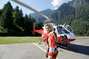 First time female tandem sky diver getting ready for helicopter, Interlaken, Berne, Switzerlandの写真素材 [FYI03557200]