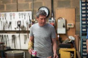 Glassblower in workshop holding mugの写真素材 [FYI03557258]