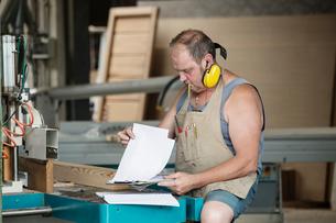 Carpenter reading order instructionsの写真素材 [FYI03557477]