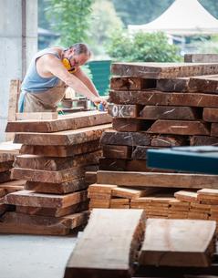 Carpenter working in workshopの写真素材 [FYI03557480]