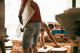 Carpenter working in workshopの写真素材 [FYI03557481]