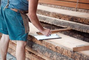 Carpenter working in workshopの写真素材 [FYI03557482]