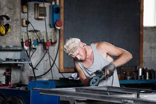 Carpenter working in workshopの写真素材 [FYI03557486]