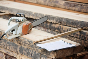 Electric saw on wooden plankの写真素材 [FYI03557487]
