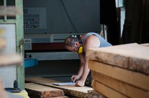 Carpenter working in workshopの写真素材 [FYI03557489]