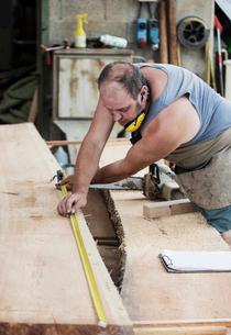 Carpenter working in workshopの写真素材 [FYI03557490]