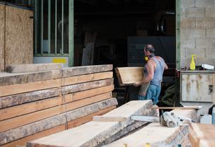 Carpenter working in workshopの写真素材 [FYI03557491]