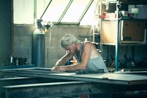Carpenter working in workshopの写真素材 [FYI03557495]