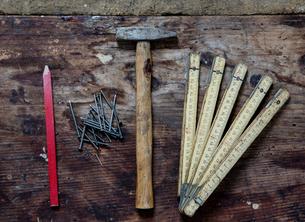 Pencil, nails, hammer, zig zag rulerの写真素材 [FYI03557496]