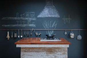 Kitchen with chalkboard wall backgroundの写真素材 [FYI03557506]