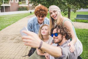 Friends taking selfie in parkの写真素材 [FYI03557802]
