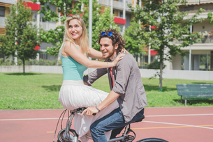 Couple on bicycle in parkの写真素材 [FYI03557815]