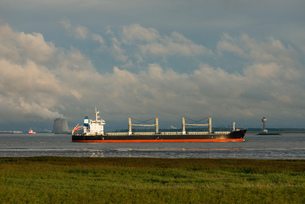 Ships sailing to and from Antwerp harbour. Nuclear power plant in the background, Rilland, Zeeland,の写真素材 [FYI03557819]