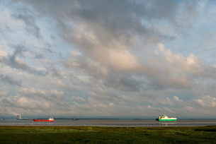 Ships sailing to and from Antwerp harbour. Nuclear power plant in the background, Rilland, Zeeland,の写真素材 [FYI03557820]