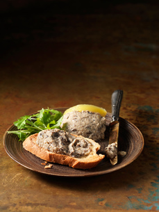 Oven roasted wild mushroom pate on crusty bread and rocketの写真素材 [FYI03557950]