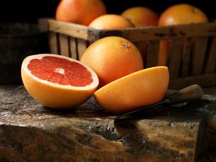 Fresh organic fruit, red grapefruitの写真素材 [FYI03557963]