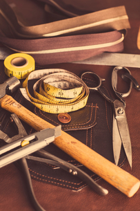 Still life of dressmaking equipment in leather jacket manufacturers, close-upの写真素材 [FYI03558026]