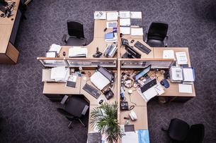 Overhead view of cross shaped office desk with desktop computersの写真素材 [FYI03558153]