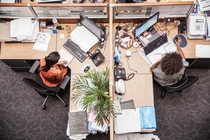 Overhead view of two businesswomen at office deskの写真素材 [FYI03558202]