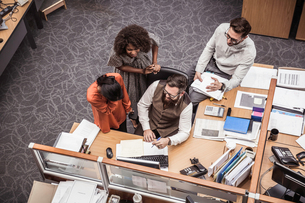 Overhead view of business team meeting at office deskの写真素材 [FYI03558210]