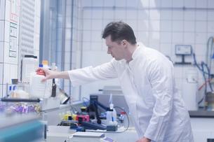 Scientist working in laboratoryの写真素材 [FYI03558519]
