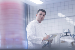 Scientist working in laboratoryの写真素材 [FYI03558521]