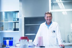 Happy scientist in laboratoryの写真素材 [FYI03558527]