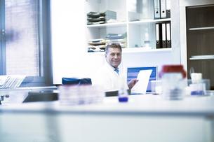 Happy scientist in laboratoryの写真素材 [FYI03558529]