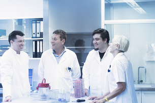 Scientists laughing in laboratoryの写真素材 [FYI03558534]