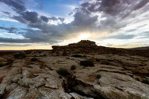 View of sunburst over rock formation, Alstrom Point, Utah, USAの写真素材 [FYI03558570]