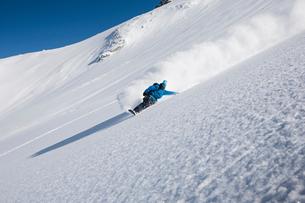 Male snowboarder speeding down steep mountain, Trient, Swiss Alps, Switzerlandの写真素材 [FYI03558585]