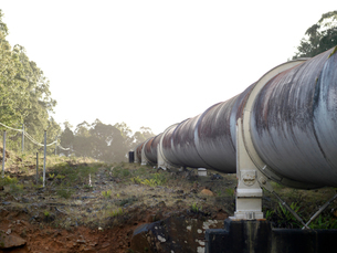 Landscape with hydroelectric industrial pipe, Tasmaniaの写真素材 [FYI03558599]